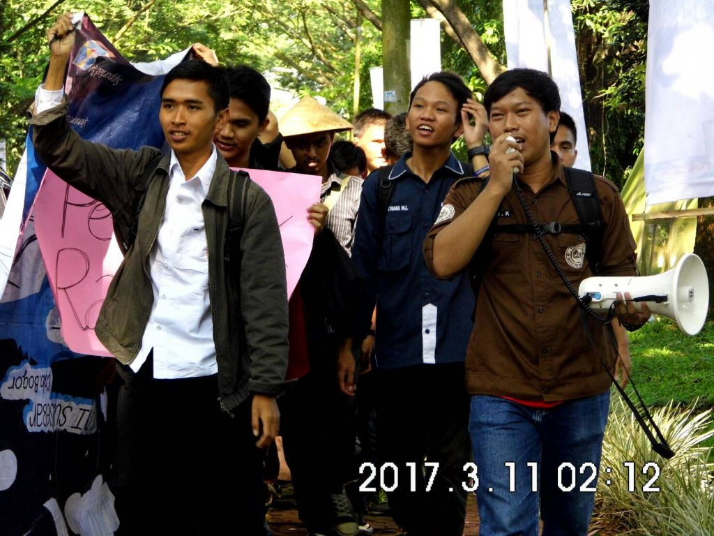 Mahasiswa IPB mengelar orasi menyambut kedatangan Presiden Joko Widodo. Foto oleh : Naila Humaira (Korpus Institut)