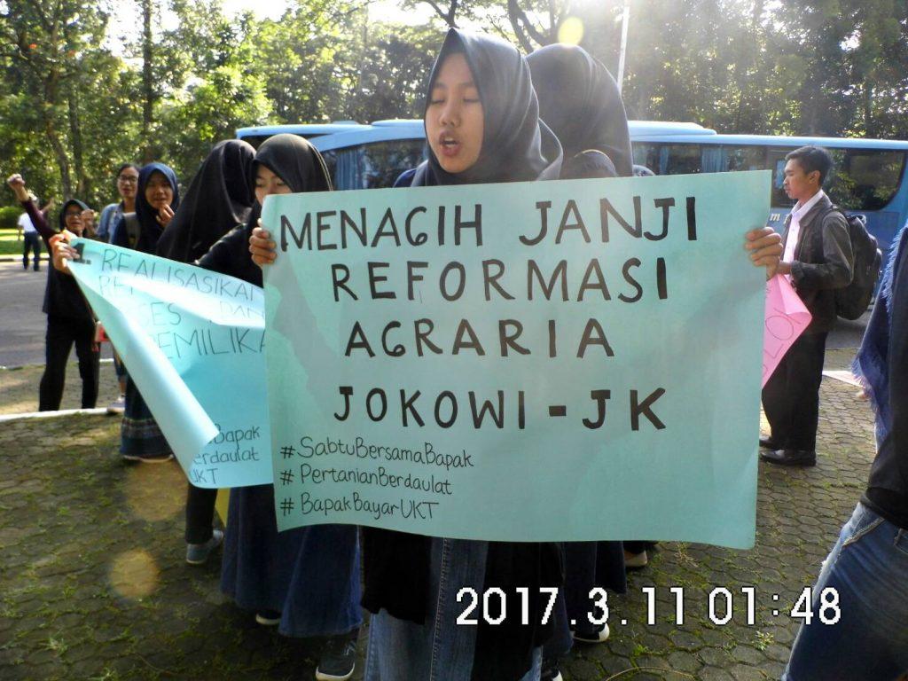 Peserta Aksi Memegang Tuntutan Kepada Jokowi