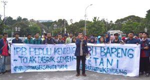 Mahasiswa aliansi BEM SI bersama menyuarakan suaranya (Foto oleh : Hanifah H)