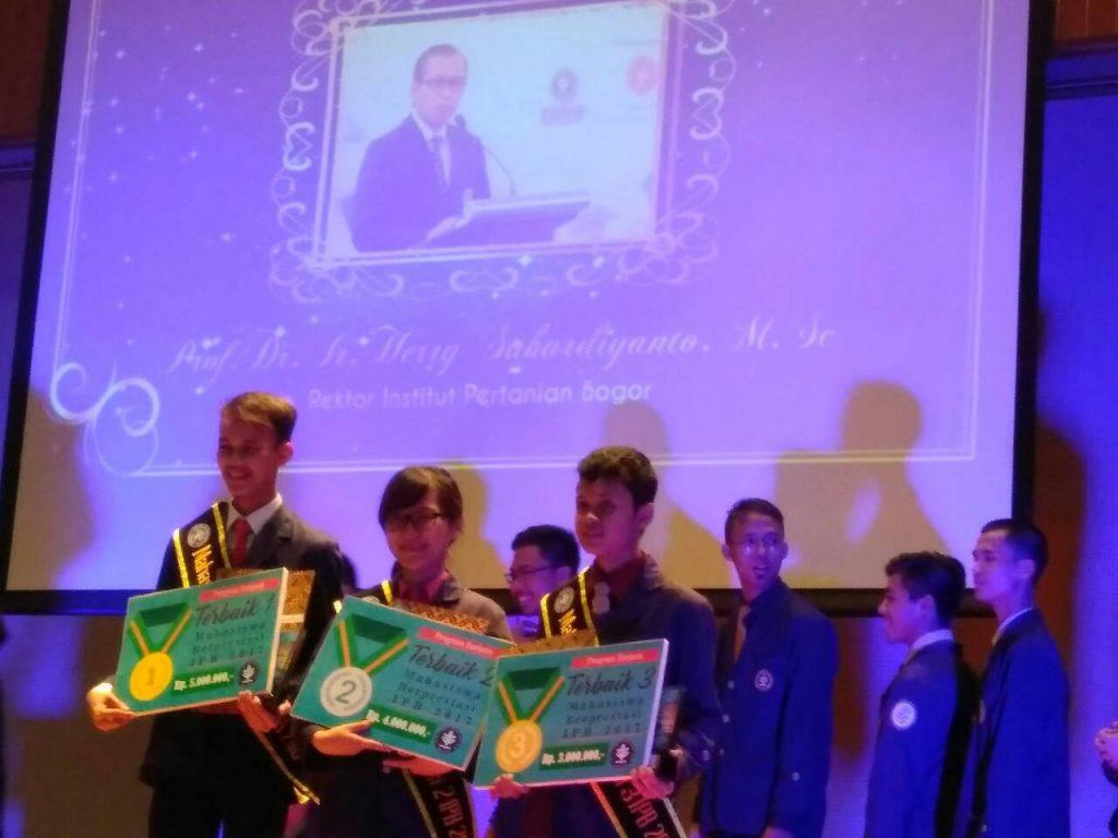 Terpilih 3 Besar Mahasiswa Berprestasi IPB 2017 (Foto : Official Account Line Gizi Masyarakat)