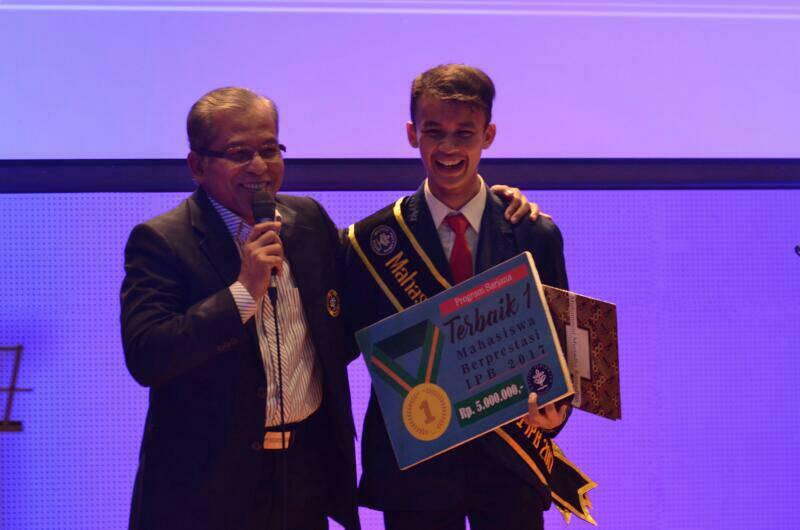 Ado Saat Mendapat Penghargaan Mawapres 2017 (Foto : Dokumen Pribadi)