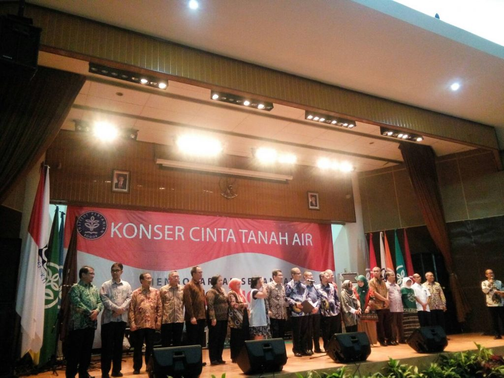 Penyampaian ikrar oleh Rektor IPB didampingi Dekan-Dekan Fakultas (Foto oleh : Rina N)