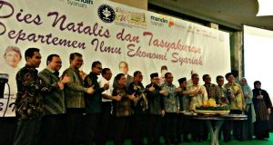 Foto Bersama Rektor IPB dan Beberapa Tamu Undangan di Tasyakuran Dies Natalis IES (Foto oleh : Putri IT)