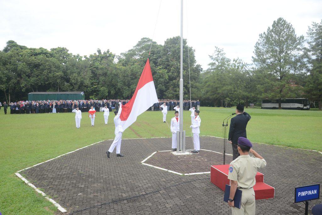 Pengibaran Bendera Merah Putih Memeringati Hari Lahir Pancasila (Foto oleh : Humas IPB)