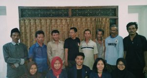Pengurus inti Kelompok Ternak Mainda Jaya Desa Kemurang Kulon beserta lurah dan mahasiswa KKN-T IPB (Foto oleh : Kelompok KKN-T Brebes)