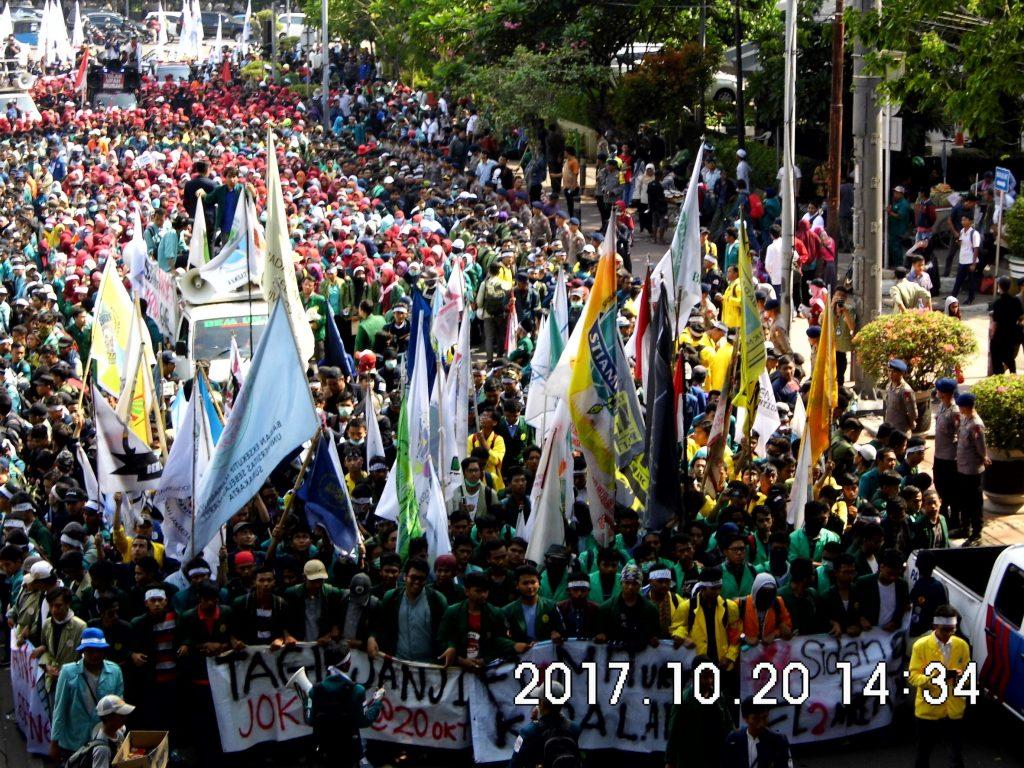 Massa melakukan aksi 3 tahun Jokowi-JK. Massa berasal dari kalangan mahasiswa seluruh Indonesia dan aliansi BEM Seluruh Indonesia (Foto oleh : Naila H)