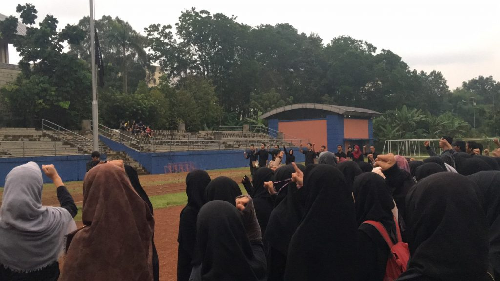 Suasana duka terlihat pada pelaksanaan upacara pengibaran bendera setengah tiang sebagai bentuk Aksi Solidaritas. Upacara ini dilaksanakan di Lapangan Gymnasium (23/10) pukul 16.00 WIB hingga 17.30 WIB (Foto oleh : Ayu Prima)