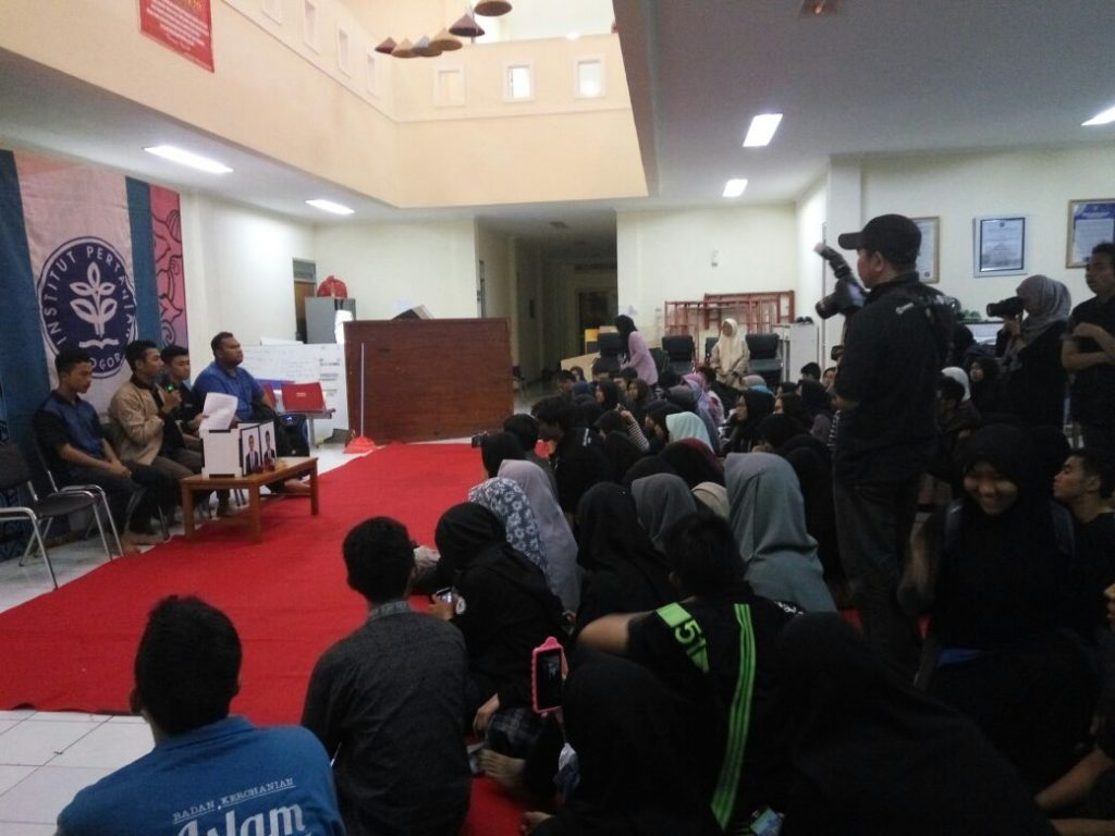Konferensi Pers yang digelar oleh BEM KM IPB, Senin (23/10). Fahrizal Amir memberikan keterangan mengenai Aksi 3 Tahun Jokowi-JK (Foto oleh : Putri IT)