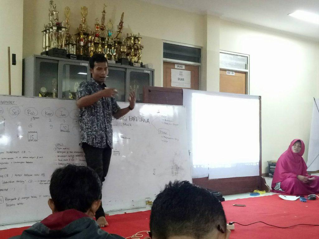Panji Laksono, Ketua BEM KM IPB saat memimpin jalannya konsolidasi KM IPB di Student Centre. Foto oleh : Yasin