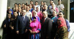 Foto bersama Dr. Arif Satria dan Prof. Dr. Jerry Suhardiyanto